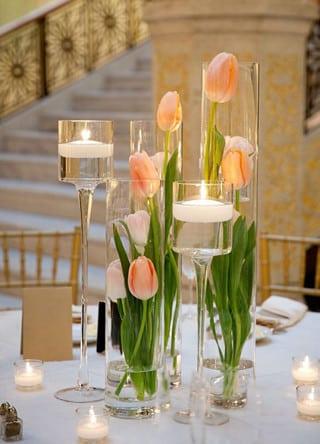 Esta es una alternativa fuera de lo tradicional y que se suele usar en ambientes abiertos y para bodas de día, este arreglo es uno de los más originales