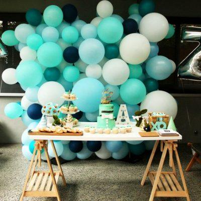 arreglos de mesa para bautizo con globos niño