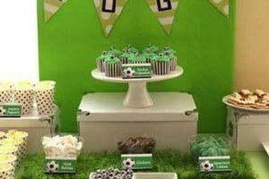 Fiesta temática con centros de mesa de futbol para cumpleaños