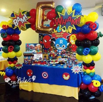 centros de mesa de spiderman con globos