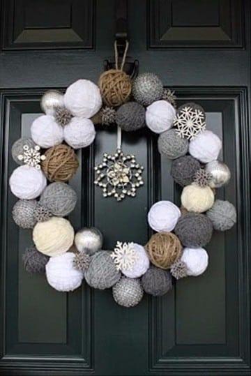 como decorar una corona navideña con esferas