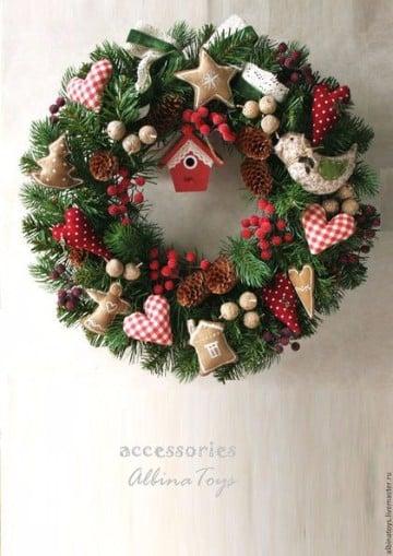Como decorar una corona navide a de fieltro y papel for Como hacer una corona de navidad para la puerta