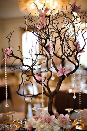 centros de mesa con ramas y flores