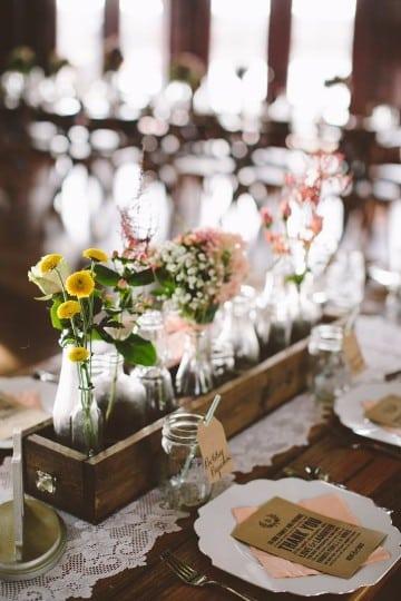 centros de mesa con cajas de madera para boda