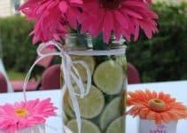 Arreglos de centros de mesa con gerberas rosas y lirios