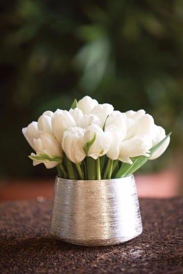 centros de mesa con tulipanes para boda