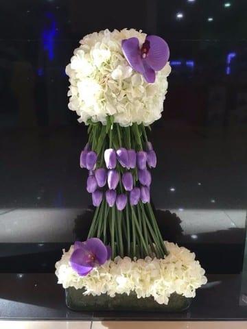 centros de mesa con tulipanes y lilis