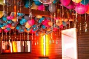 Decoracion y arreglos de salon con globos en imagenes