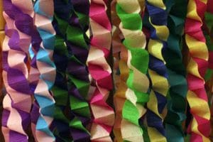 Como hacer cadenetas o cadenas de papel crepe para fiestas