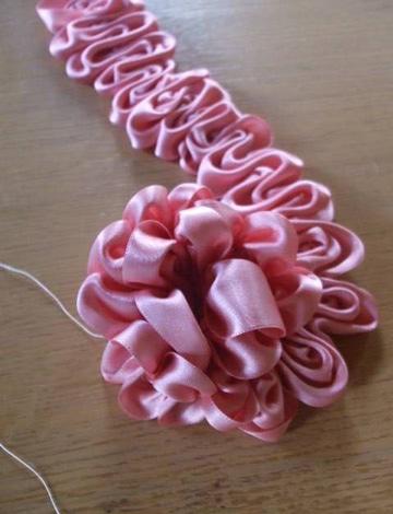 como hacer pompones de cinta para niña