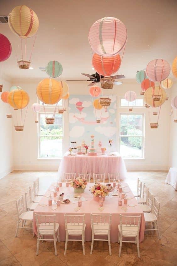 decoracion de globos en el techo fiesta niña