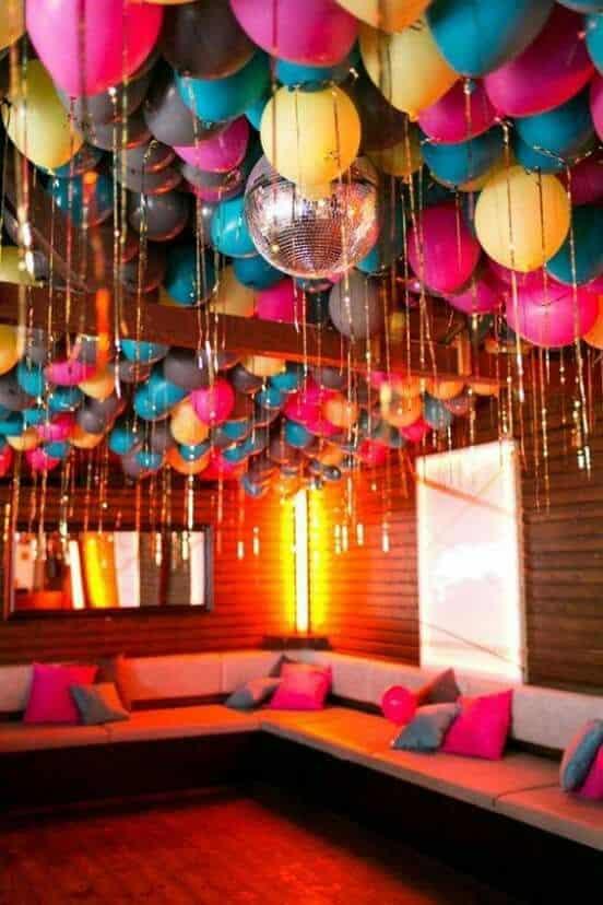 decoracion de globos en el techo fiesta retro