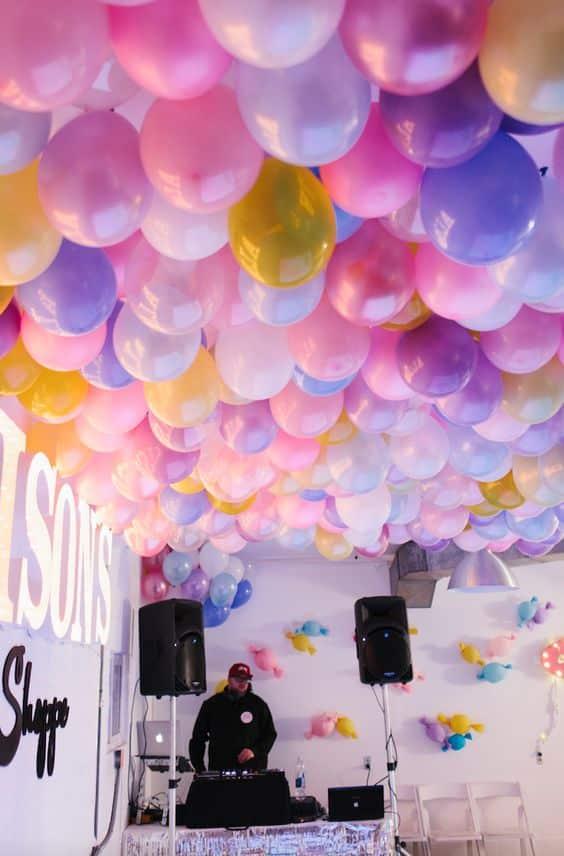 decoracion de globos en el techo y pared