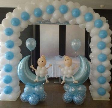 Sencilla decoracion de globos para bautizo de ni o - Como hacer centros de mesa con dulces para bautizo ...