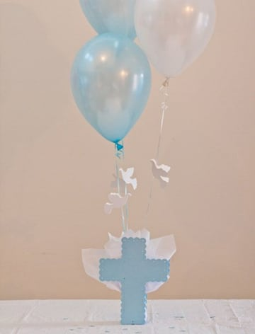 decoracion de globos para bautizo de niño azul blanco