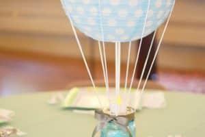 Sencilla decoracion de globos para bautizo de niño