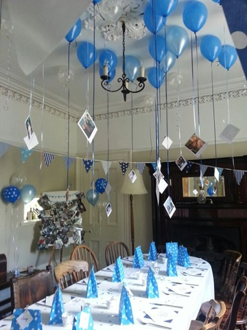 globos con fotos colgando decoracion azul
