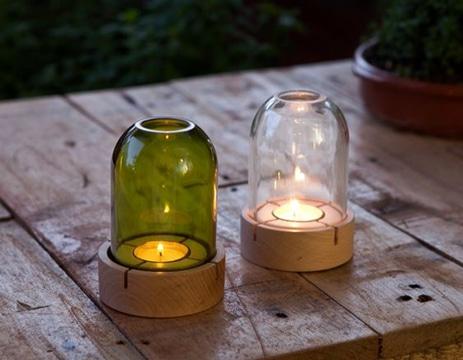 adornos con botellas de vidrio y velas