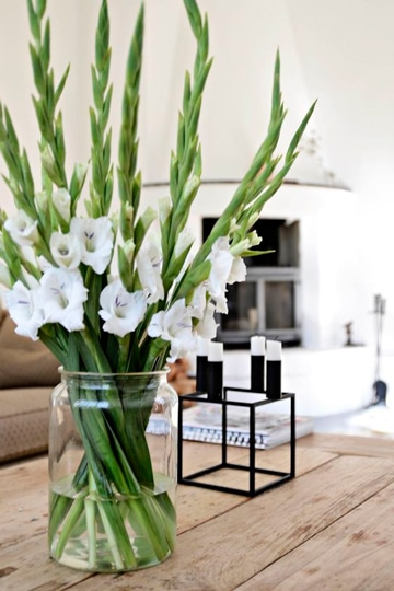 arreglos florales con gladiolas blancas