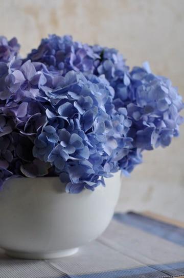arreglos florales con hortensias azules