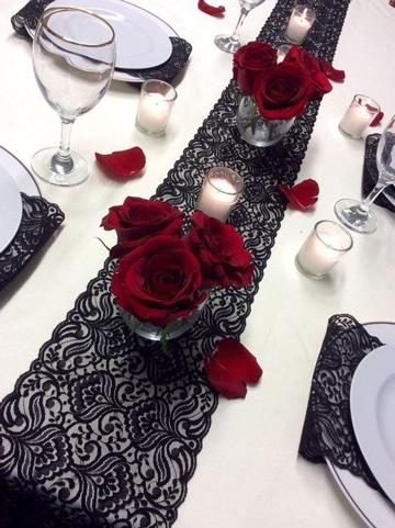 centros de mesa con rosas rojas decorativos
