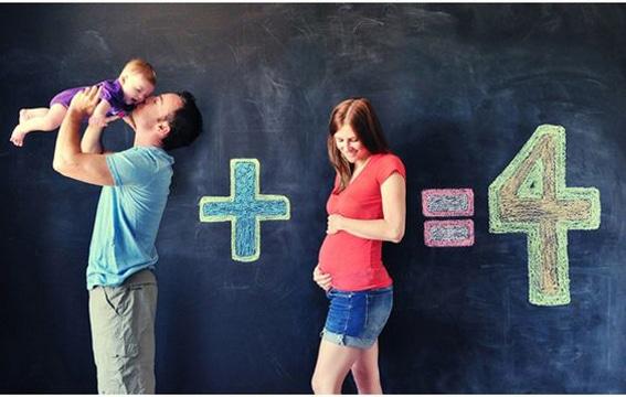 fotos de embarazadas en familia divertida