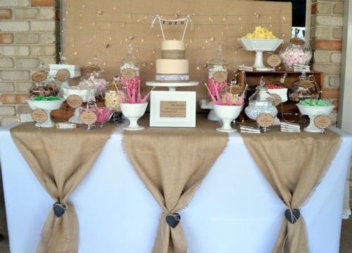 mesa de dulces estilo vintage con mantel