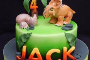 Diversas decoraciones de pasteles de dinosaurios para niños