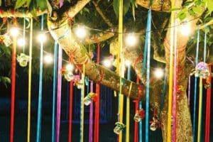 Los arboles decorados para fiestas en el campo o jardin