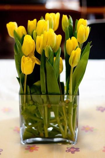 centros de mesa amarillos con tulipanes