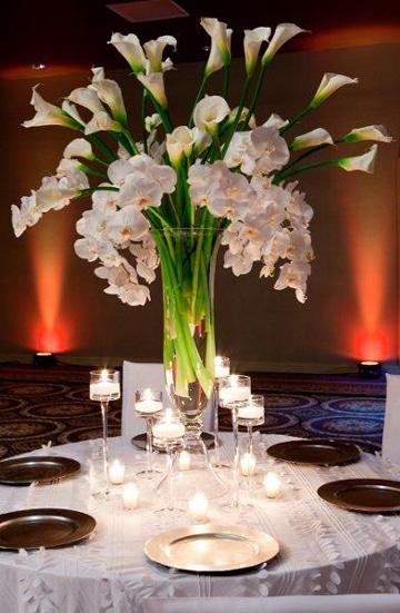 centros de mesa con alcatraces y orquideas