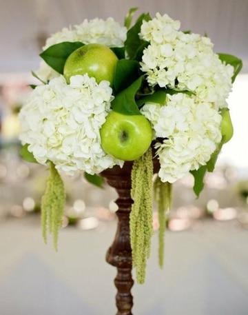 centros de mesa con manzanas y flores