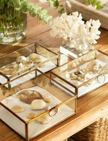 centros de mesa con piedras en arena