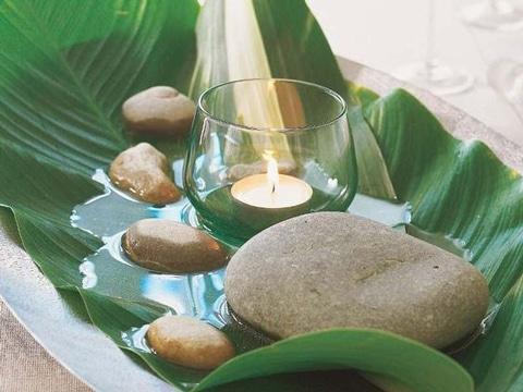 centros de mesa con piedras y velas