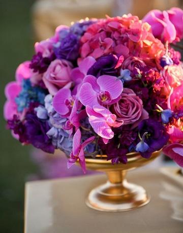 centros de mesa morados con flores