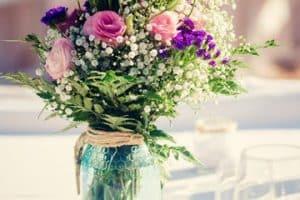 Sencillos y florales centros de mesa para boda de dia
