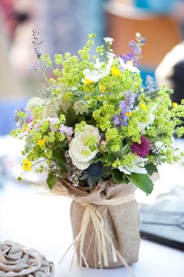Sencillos y florales centros de mesa para boda de dia - Centros de mesa para bodas economicos ...