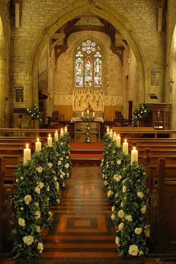 arreglos de flores para iglesia con velas