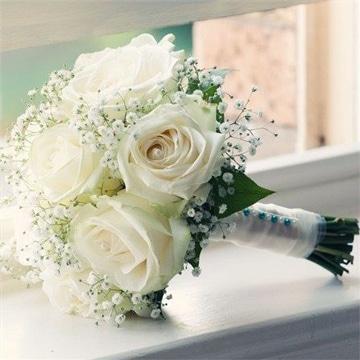 arreglos florales de rosas blancas para boda