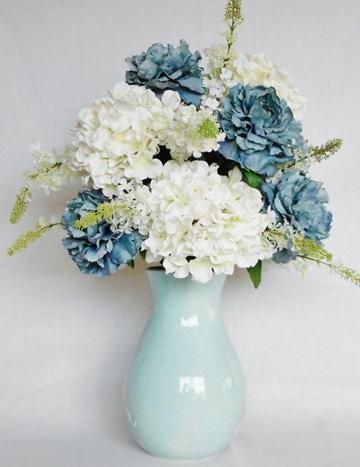 arreglos florales en jarrones azul claro