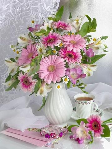 arreglos florales en jarrones color blanco