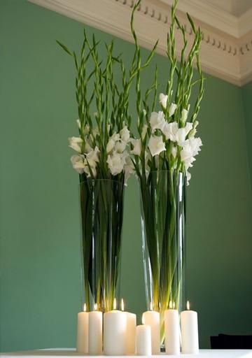 arreglos florales en jarrones de vidrio