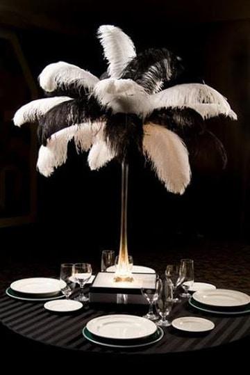 centros de mesa blanco y negro con plumas