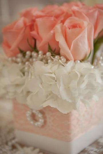 centros de mesa color coral con rosas