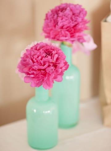 centros de mesa color rosa en botella
