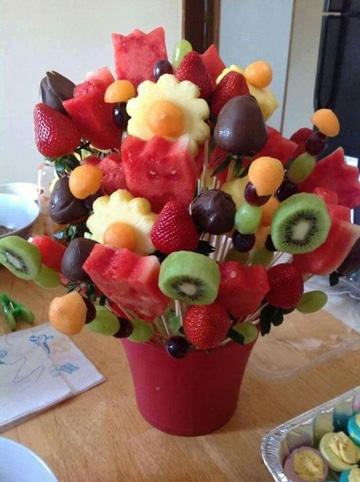 centros de mesa con chocolates y frutas