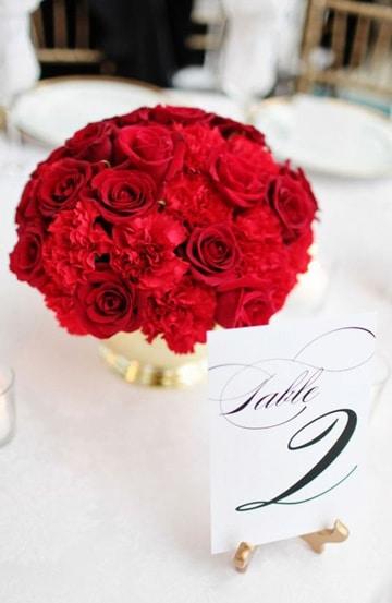centros de mesa con claveles y rosas
