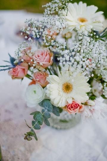 centros de mesa con margaritas y rosas