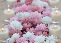 Tradicionales centros de mesa con velas y flores