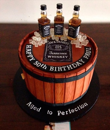 decoracion de 50 años para hombre torta whisky